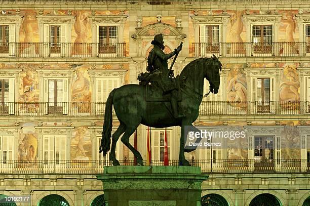 spain, madrid, plaza mayor, statue of phillip iii, casa de la panderia - casa stockfoto's en -beelden