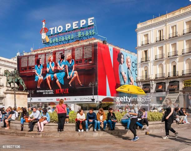 spain, madrid, puerta del sol square - tourists - netflix madrid fotografías e imágenes de stock