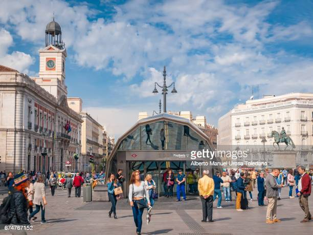 spain, madrid, puerta del sol square - train station - städtischer platz stock-fotos und bilder