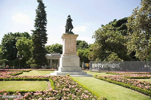 spain, madrid, royal botanic garden, view of statue - botanischer garten stock-fotos und bilder