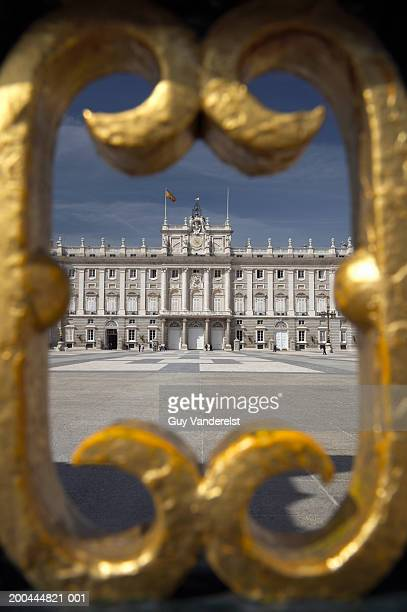 spain, madrid, royal palace, view through gilded gate - madrid royal palace stock pictures, royalty-free photos & images