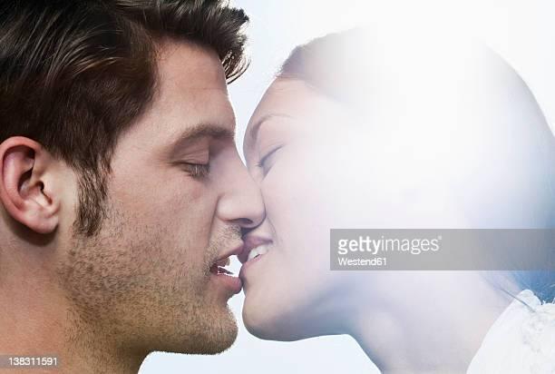 spain, majorca, young couple kissing each other, close up - embrasser sur la bouche photos et images de collection
