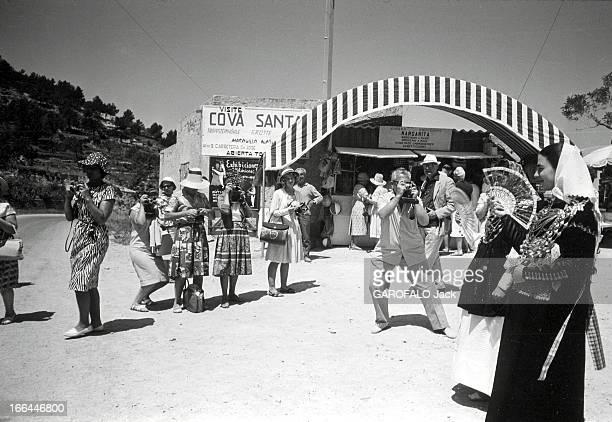 Spain Of The Sixties A Ibiza jeunes filles en costume traditionnel photographiées par des touristes
