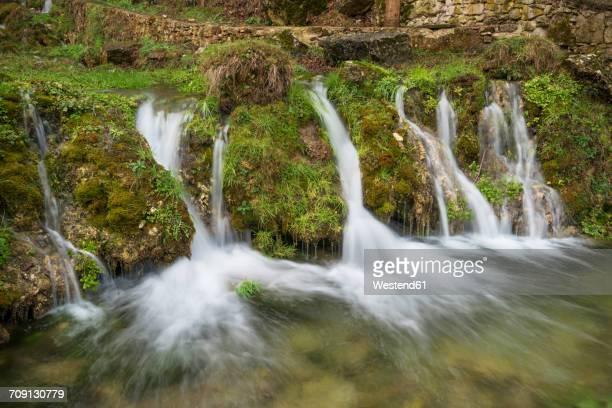 spain, orbaneja del castillo, waterfall - orbaneja del castillo photos et images de collection