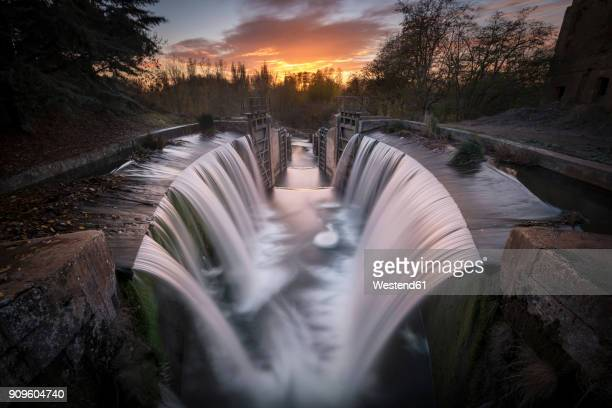 spain, palencia, canal de castilla, waterfall, long exposure at sunset - castilla leon fotografías e imágenes de stock