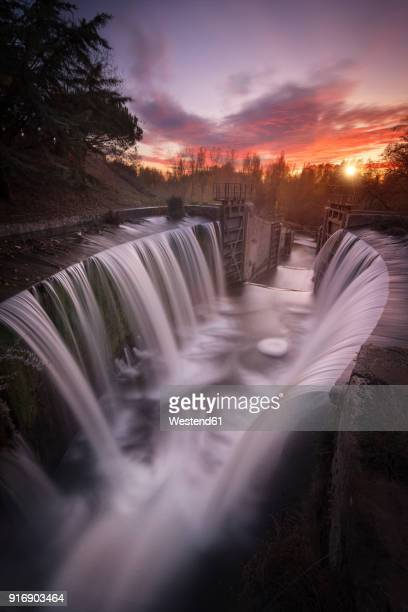 spain, palencia, canal de castilla, waterfall, long exposure of waterfall at sunset - comunidad autónoma de castilla y león fotografías e imágenes de stock