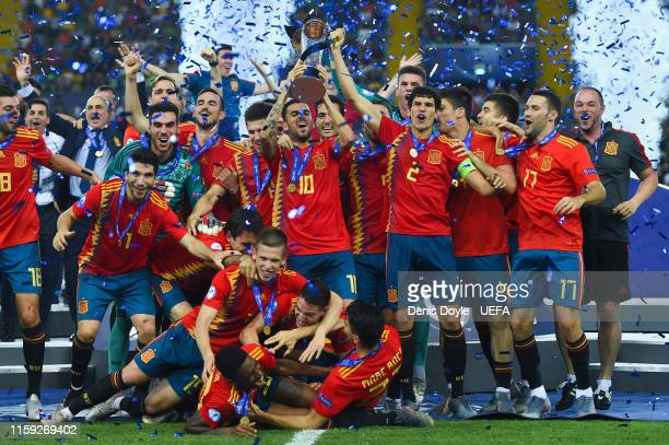 Spain players celebrate with the trophy winning the 2019 UEFA U-21 Final between Spain and Germany at Stadio Friuli on June 30, 2019 in Udine, Italy.