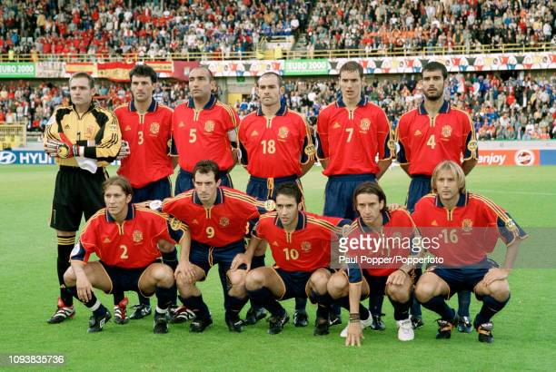 Spain players line up for a group photo before the UEFA Euro 2000 Quarter Final match between Spain and France at the Jan Breydel Stadium on June 25,...