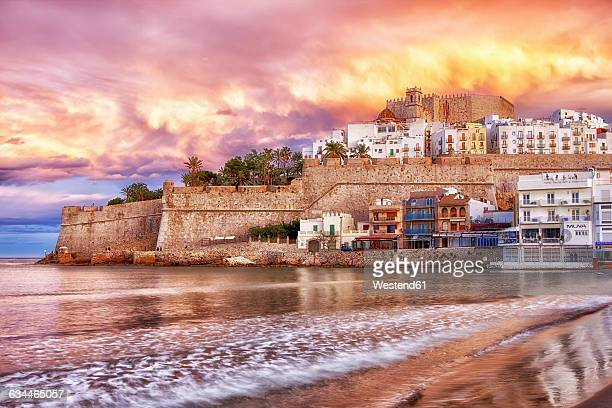 spain, province of castellon, peniscola, costa del azahar, old town with castle, dramatic sky in the evening - peniscola photos et images de collection
