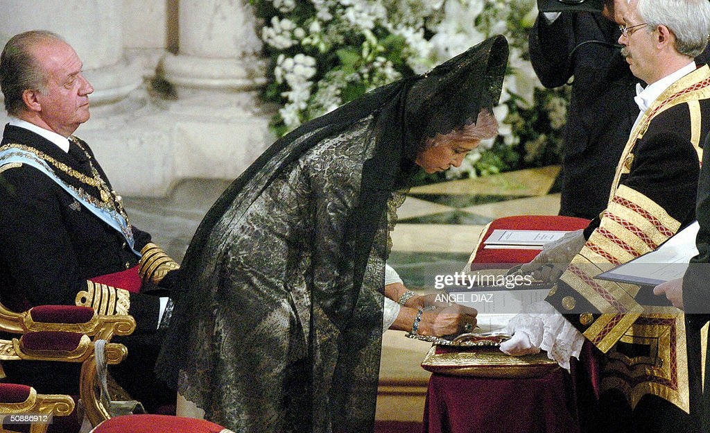 Queen Sofia signs the wedding register n : News Photo