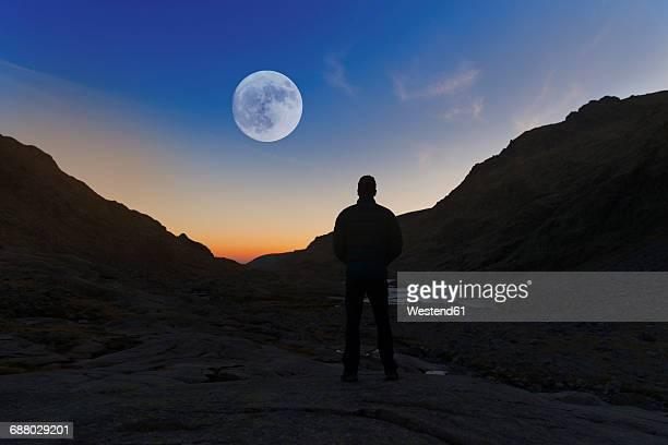 spain, sierra de gredos, silhouette of man looking at the full moon - luna llena fotografías e imágenes de stock