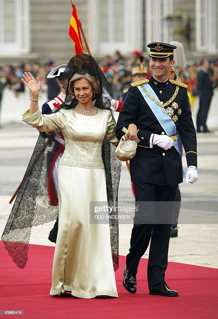 Spanish Queen Sofia waves to the crowd a : News Photo