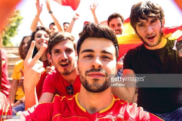spanje supporters in stadion tijdens een voetbalcompetitie - football in spain stockfoto's en -beelden