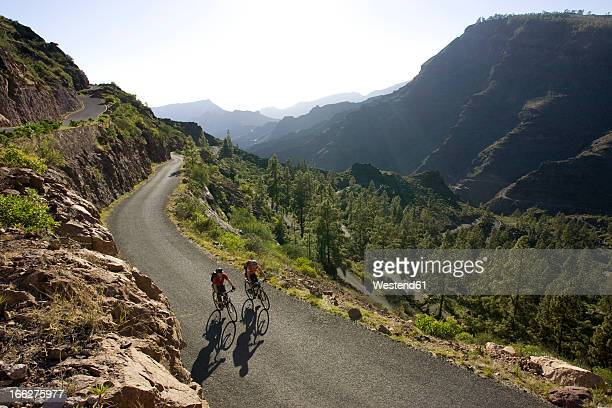 spain, the canary islands, gran canaria, couple mountain biking - grand canary stock pictures, royalty-free photos & images