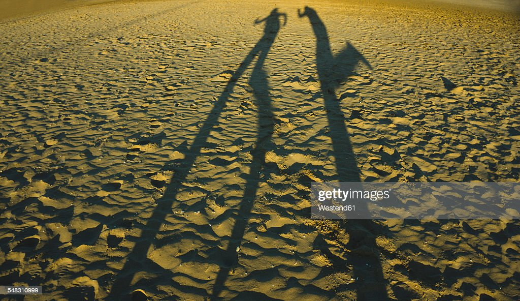 Spain, Valencia, shadow play of two persong on the beach : ストックフォト
