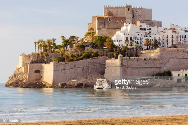 spain, valencian community, peniscola, town with fortified wall by sea - valencia spanje stockfoto's en -beelden