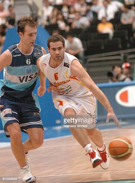 Spain's Carlos Cabezas drives past Pepe Sanchez of Argentina during the FIBA World Championship 2006 Semi Final at the Saitama Super Arena Tokyo...
