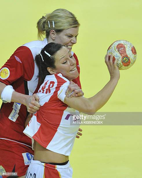 Spain's Carmen Dolores Martin vies with Norway's Tine Kristiansen during the 8th Women's Handball European Championships final match Norway vs Spain...