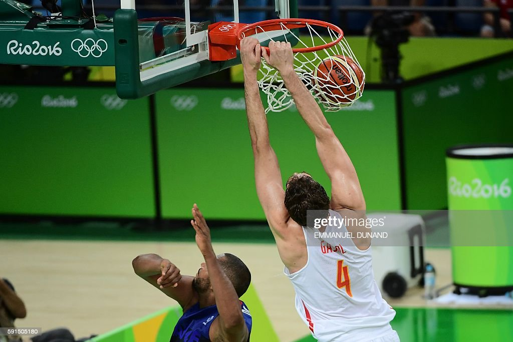 TOPSHOT - Spain's centre Pau Gasol scores during a Men's quarterfinal basketball match between Spain and France at the Carioca Arena 1 in Rio de Janeiro on August 17, 2016 during the Rio 2016 Olympic Games. / AFP / EMMANUEL