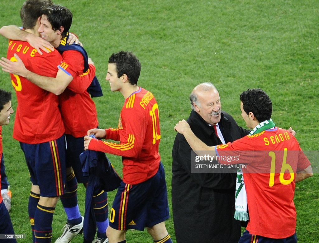 Spain's coach Vicente Del Bosque (2nd R) : News Photo