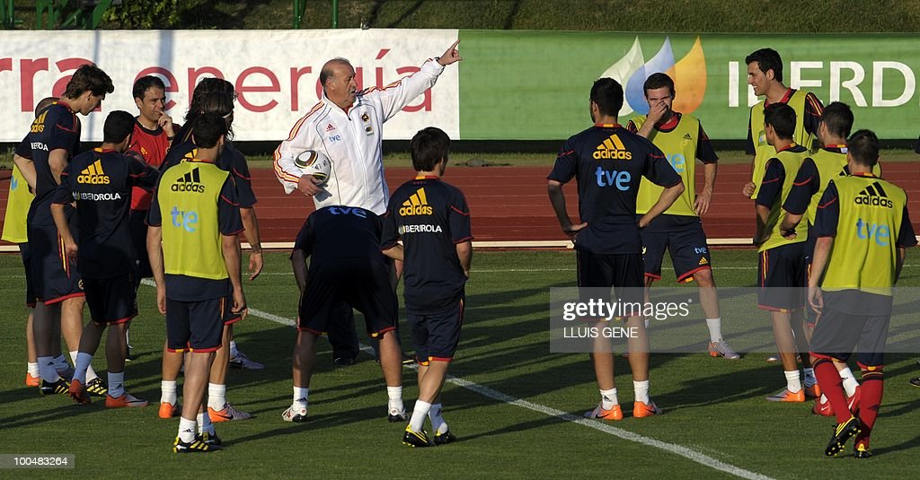 Spain's coach Vicente Del Bosque talks with players during a training session of the Spanish football team with Spain's Prince Felipe on May 24, 2010, at the Sports City of Las Rozas, near Madrid. Spain, among the favourites for the World Cup, which runs from June 11-July 11, face Switzerland, Honduras and Chile in Group H of the opening round.