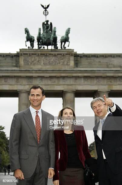 Spain's Crown Prince Felipe his wife Princess Letizia and Berlin's Mayor Klaus Wowereit gesture as they visit the Brandenburg Gate on September 23...