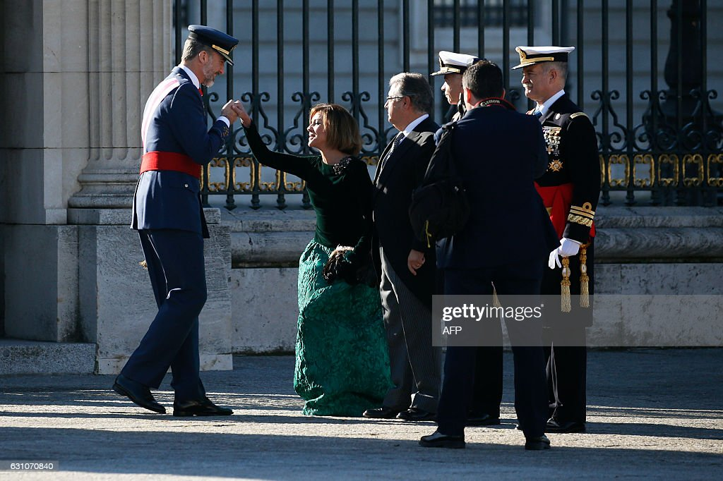 Spain's Defence Minister Maria Dolores de Cospedal (2ndL) kneels in front of Spain's King Felipe VI (L) during the Epiphany Day celebrations (Pascua Militar) at the Royal Palace in Madrid, January 6, 2017. / AFP / POOL / JUAN