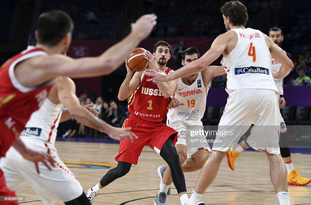 Spain's Fernando San Emeterio (2ndR) vies with Russia's Alexey Shved (3thL) during the FIBA Euro basket 2017 men's 3rd game match between Spain and Russia at Fenerbahce Ulker Sport arena in Istanbul on September 17, 2017. /
