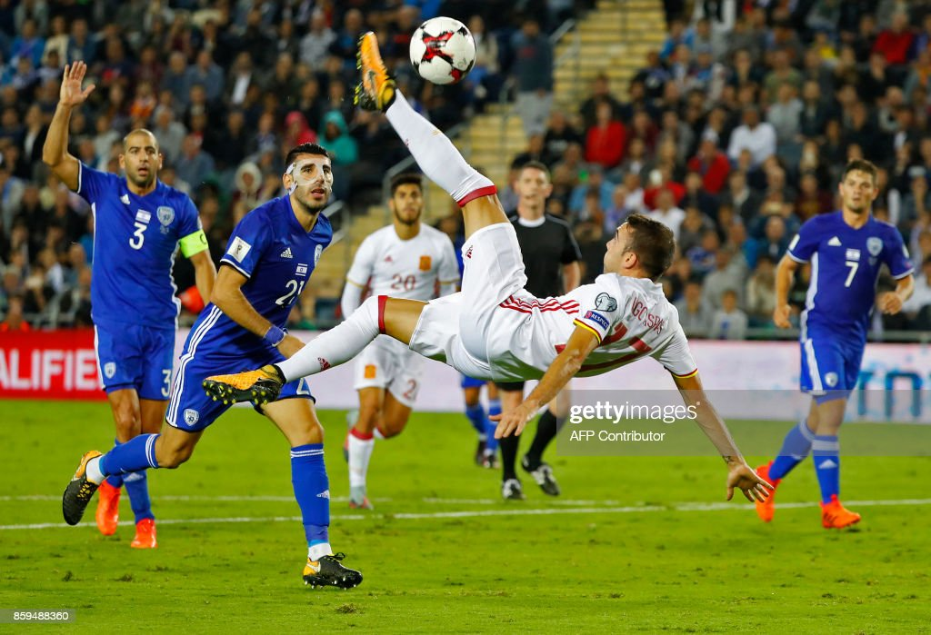 TOPSHOT - Spain's forward Iago Aspas controls the ball during the Russia 2018 FIFA World Cup European Group G qualifying football match between Israel and Spain at Teddy Stadium in Jerusalem on October 9, 2017. Spain is already qualified for the 2018 World Cup in Russia. / AFP PHOTO / Jack GUEZ