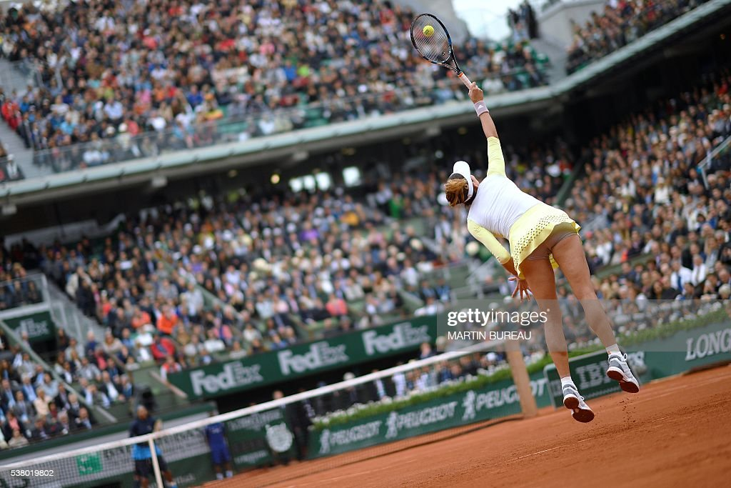 TOPSHOT - Spain's Garbine Muguruza serves the ball to US player Serena Williams during their women's final match at the Roland Garros 2016 French Tennis Open in Paris on June 4, 2016. / AFP / MARTIN