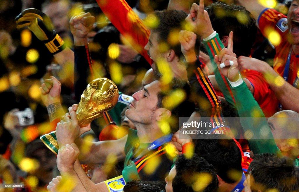 Spain's goalkeeper Iker Casillas kisses : News Photo