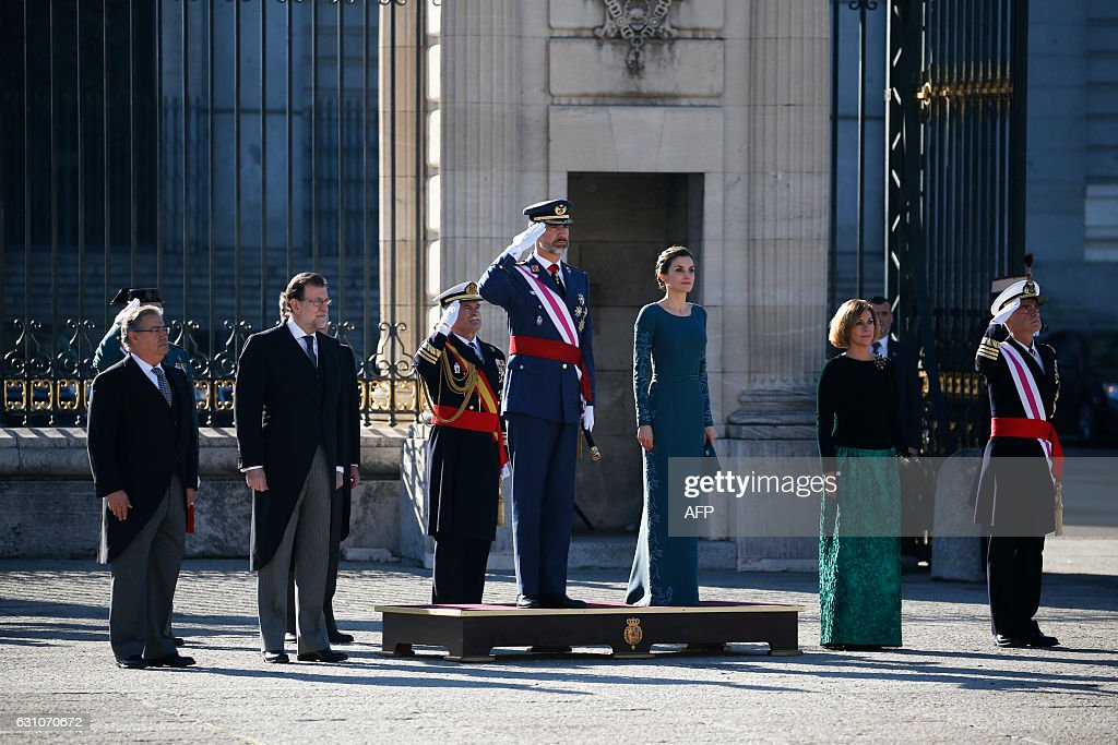 Spain's Interior Minister Juan Ignacio Zoido Alvarez, Spanish Prime Minister MRariano Rajoy, Spain's King Felipe VI, Queen Letizia and Spain's Defence Minister Maria Dolores de Cospedal listen to the national anthem during the Epiphany Day celebrations (Pascua Militar) at the Royal Palace in Madrid, January 6, 2017. / AFP / POOL / JUAN