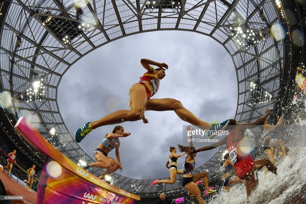 TOPSHOT - Spain's Irene Sanchez-Escribano jumps as she competes in the women's 3000m steeplechase athletics event at the 2017 IAAF World Championships at the London Stadium in London on August 9, 2017. / AFP PHOTO / Kirill KUDRYAVTSEV
