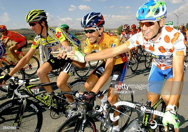 Spain's Isidro Nozal Roberto Heras and Alejandro Valverde drink during the 21th and final stage of the Vuelta the Tour of Spain 28 September 2003...