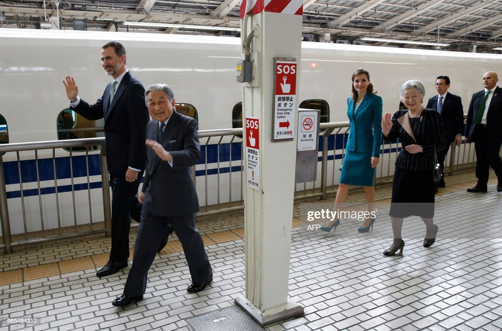 Spain's King Felipe (L) and Queen Letizia (3rd L) and Japan's Emperor Akihito (2nd L) and Empress Michiko smile to well-wishers as they board a Shinkansen bullet train on their one-day trip to Shizuoka, at Tokyo station in Tokyo on April 7, 2017. The Spanish royal couple is on a four-day state visit to Japan. /