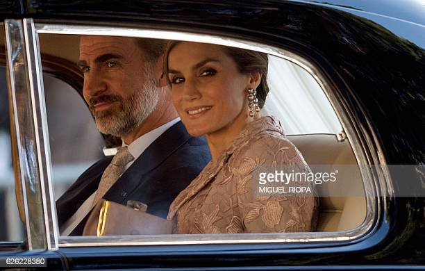 Spain's king Felipe VI and his wife queen Letizia arrive at Porto on November 28 2016 on the first day of their three days state visit to Portugal /...