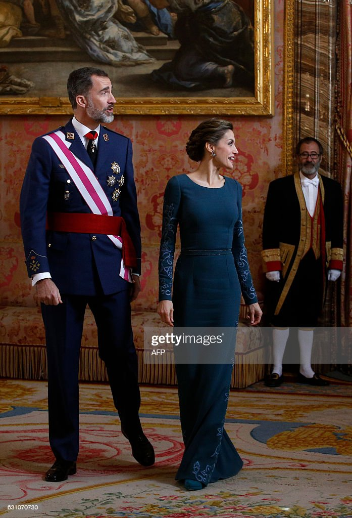 Spain's King Felipe VI (L) and his wife Queen Letizia arrive to welcome their guests during the Epiphany Day celebrations (Pascua Militar) at the Royal Palace in Madrid, January 6, 2017. / AFP / POOL / JUAN