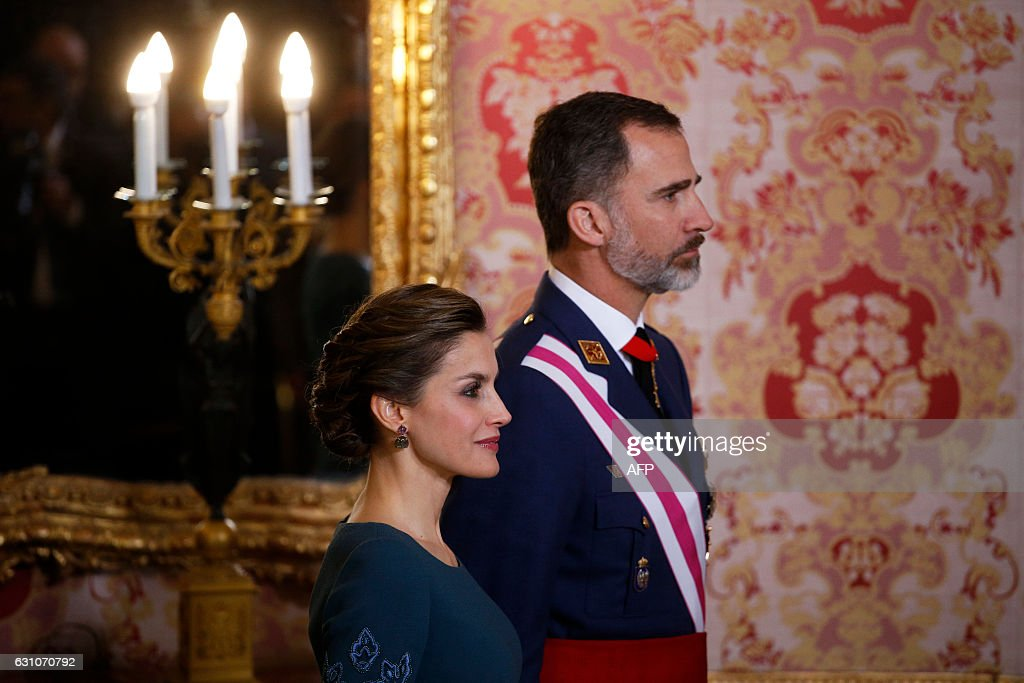 Spain's King Felipe VI (R) and his wife Queen Letizia attend the Epiphany Day celebrations (Pascua Militar) at the Royal Palace in Madrid, January 6, 2017. / AFP / POOL AND reuters / JUAN
