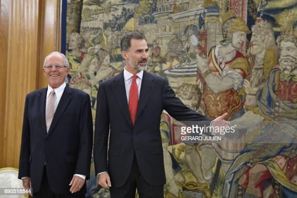Spain's King Felipe VI and Peru's President Pedro Pablo Kuczynski stand at the Zarzuela Palace in Madrid on June 13 2017 / AFP PHOTO / GERARD JULIEN