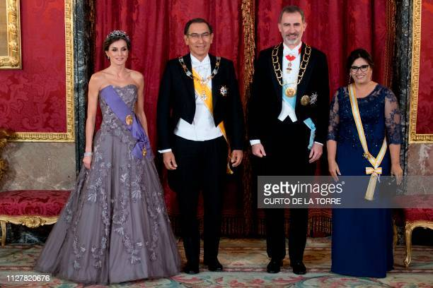 Spain's king Felipe VI and queen Letizia pose with Peruvian President Martin Vizcarra and his wife Maribel Diaz during an official dinner at the...