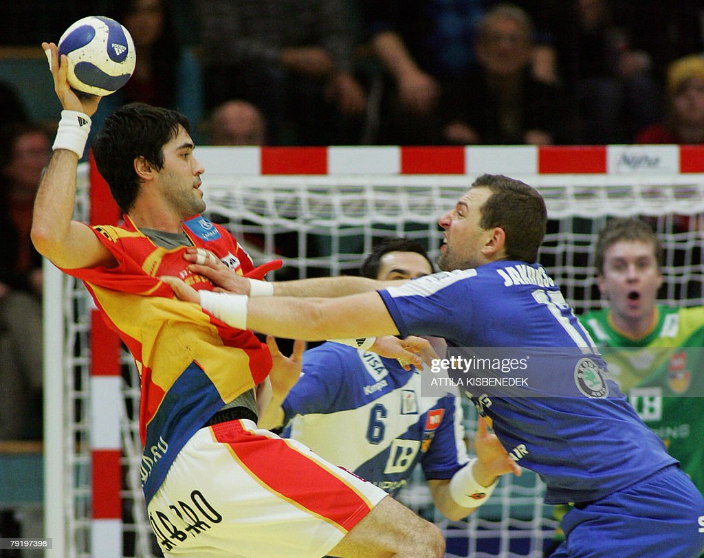 Spain's left back Raul Entrerrios Rodriguez (L) vies with Iceland's pivot Sverre Jakobsson during their 8th Men's European Handball Championship Main Round match, 24 January 2008 at the Spektrum sports hall in Trondheim. Spain won 33-26.
