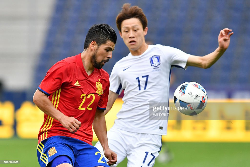 Spain's Manuel Agudo Duran (L) and South Korea's Lee Jae-Sung vie for the ball during the Euro 2016 friendly football match between Spain and South Korea at Red Bull stadium in Salzburg, Austria on June 1, 2016. / AFP / WILDBILD