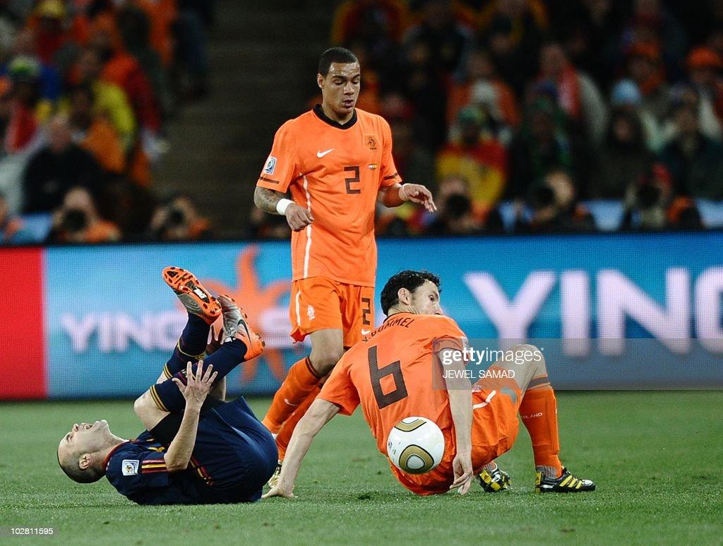 Spain's midfielder Andres Iniesta (L) li : News Photo