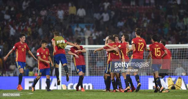 Spain's midfielder Carlos Beitia Diego Pampin Hugo Guillamon and teammates celebrate after winning their semifinal football match against Mali during...