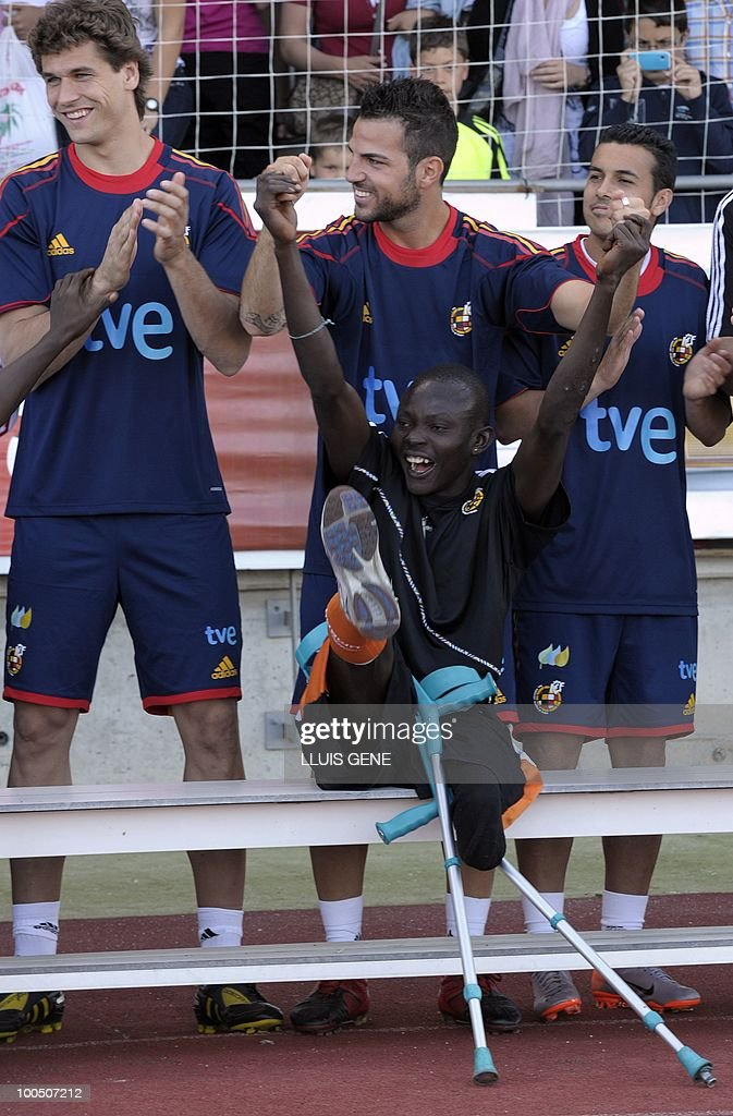 Spain's midfielder Cesc Fabregas (C), Spain's forward Pedro Rodriguez (R) and Spain's forward Fernando Llorente (L) pose with Sierra Leone's war amputees football players before the training session of the Spanish football team on May 25, 2010, at the Sports City of Las Rozas, near Madrid. Spain, among the favourites for the World Cup, which runs from June 11-July 11, face Switzerland, Honduras and Chile in Group H of the opening round.
