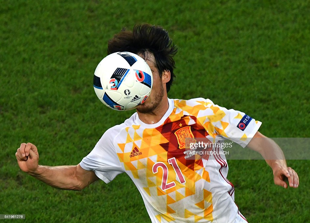 TOPSHOT - Spain's midfielder David Silva controls the ball during the Euro 2016 group D football match between Croatia and Spain at the Matmut Atlantique stadium in Bordeaux on June 21, 2016. / AFP / MEHDI