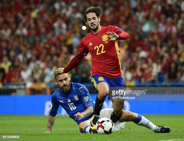 Spain's midfielder Isco vies with Italy's midfielder Daniele De Rossi during the World Cup 2018 qualifier football match between Spain and Italy at...