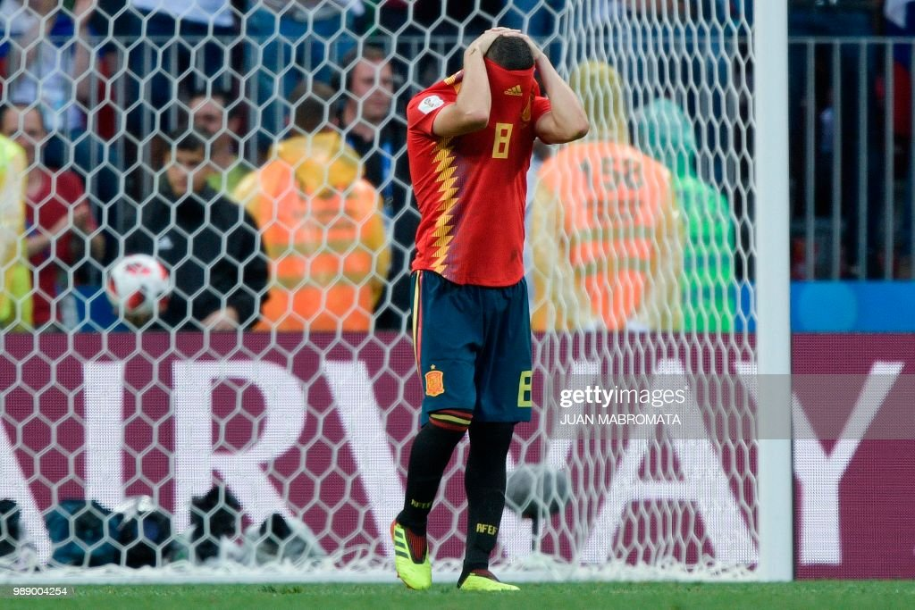 TOPSHOT - Spain's midfielder Koke reacts after missing his shot during the penalty shootout of the Russia 2018 World Cup round of 16 football match between Spain and Russia at the Luzhniki Stadium in Moscow on July 1, 2018. (Photo by Juan Mabromata / AFP) / RESTRICTED
