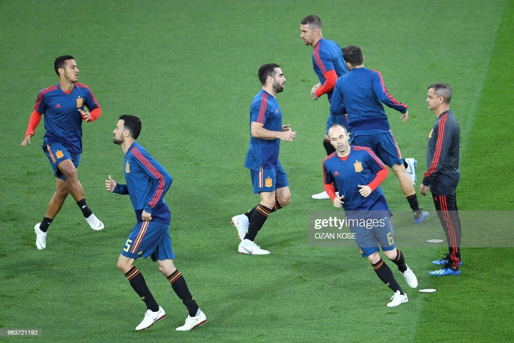 Spain's midfielder Sergio Busquets (2ndL0, Spain's midfielder Andres Iniesta (2ndR) and teammmates warm up before the Russia 2018 World Cup Group B football match between Spain and Morocco at the Kaliningrad Stadium in Kaliningrad on June 25, 2018. (Photo by OZAN KOSE / AFP) / RESTRICTED