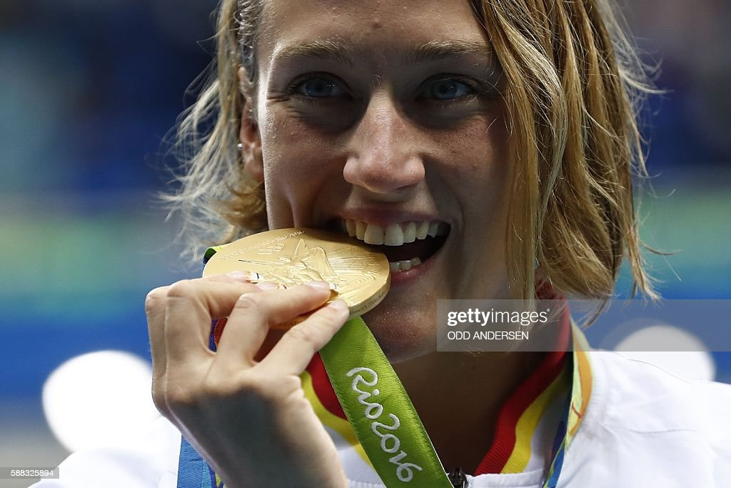 Spain's Mireia Belmonte Garcia poses with her gold medal on the podium after she won the Women's 200m Butterfly Final during the swimming event at the Rio 2016 Olympic Games at the Olympic Aquatics Stadium in Rio de Janeiro on August 10, 2016. / AFP / Odd ANDERSEN